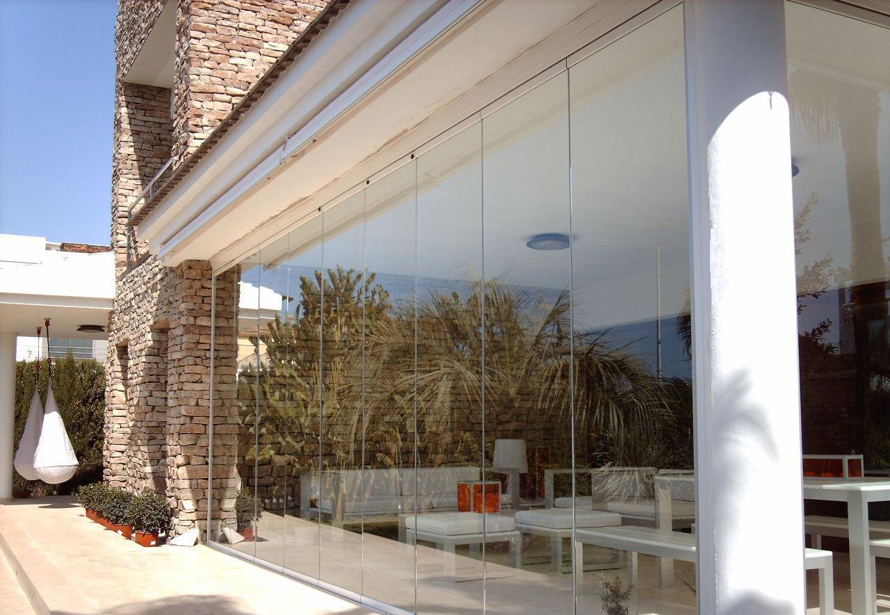 3 tipos de cortinas de cristal que vas a querer tener en tu terraza